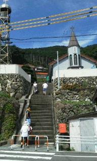 冷水教会へ続く階段を上る子どもたち