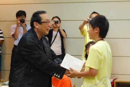 子ども代表と握手HP・100KB